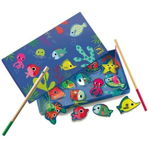 La pêche à la ligne est une activité qui demande de la concentration et de la patience. C'est aussi un jeu de manipulation pour l'enfant. Qu'il joue seul ou bien à 2, une canne à pêche magnétique en main, il s'agit de bien viser, et de pêcher le plus de poissons le plus rapidement possible. La boite décorée sert de support de jeu, et le poulpe, le crabe ou l'étoile de mer sont plus vrais que nature.