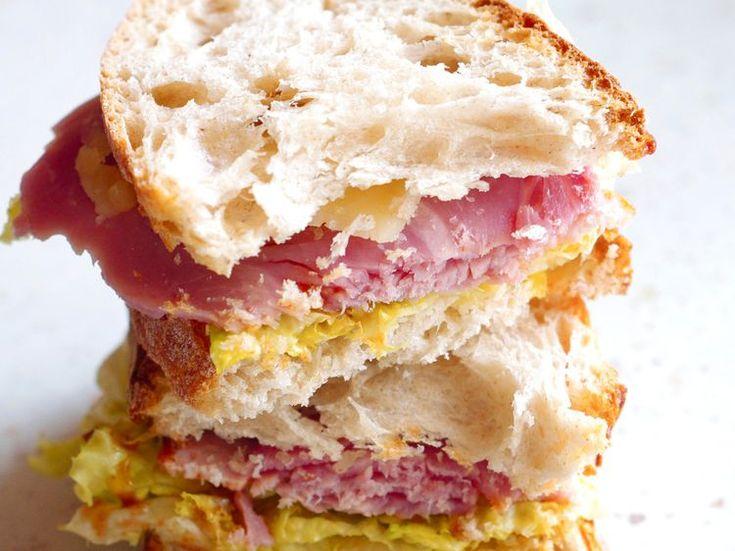 Découvrez la recette Sandwich jambon, fromage et salade sur cuisineactuelle.fr.