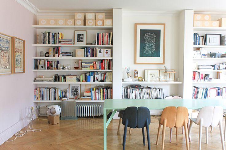 Chez le fondateur de DesignerBox, l'immense pièce à vivre est un melting-pot d'objets design. Un appartement chaleureux pour une belle petite famille !