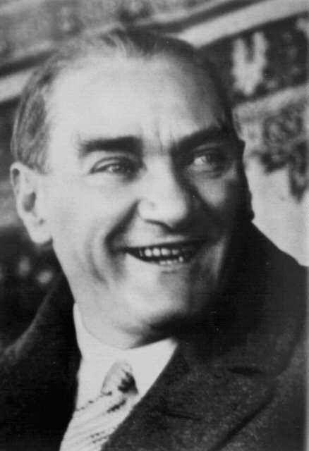 """""""Asla şüphem yoktur ki, Türklüğün unutulmuş medeni vasfı ve büyük medeni kabiliyeti, bundan sonraki inkişafı ile âtinin yüksek medeniyet ufkunda yeni bir güneş gibi doğacaktır. Bu söylediklerim hakikat olduğu gün, senden ve bütün medeni beşeriyetten dileğim şudur: Beni hatırlayınız."""" Mustafa Kemal Atatürk"""