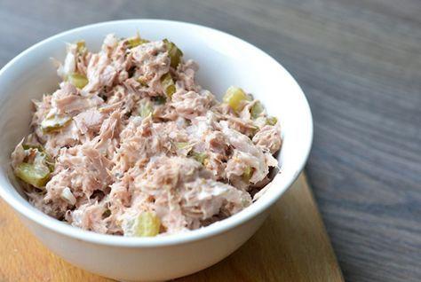 Deze tonijnsalade is supersnel en supergemakkelijk om te maken en daarnaast ook nog eens superlekker! Beter kan niet toch? All you need is tonijn uit blik, augurk, kappertjes, rode ui, mayonaise en grove mosterd. Heerlijk op brood, maar ook super door een salade of bij de pasta. Klinkt goed toch? Geniet ervan!