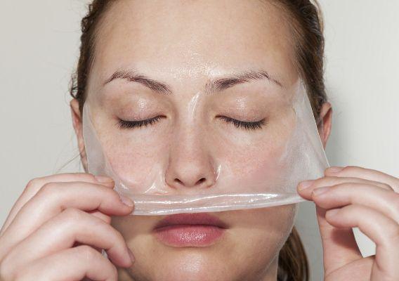 Невероятный эффект желатиновой маски для лица. Лучшие рецепты масок из желатина. Желатиновая маска от морщин, черных точек, подтягивающая, увлажняющая, очищающая. Как сделать маску из желатина с активированным углем, медом, молоком, яичным белком, глицерином, фруктами, бананом в домашних условиях?