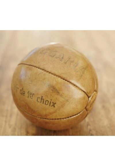 FRANSK MEDICINBOLD 1KG. - LÆDER Gammel fransk medicinbold. Bolden er i brunt patineret læder, med påkrift.  En flot dekorationsting. D 22 Cm. Vintage og Antik