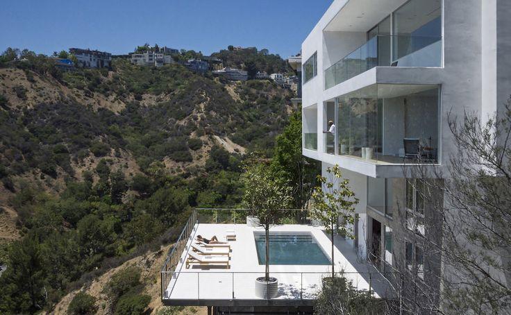 Sur les collines d'Hollywood, les maisons de rêve ne manquent pas ! Et pourtant le travail de l'architecte d'intérieur Dominic Gasparoly et de l'ar...