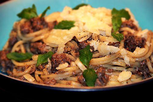 Spagetti med vildsvinsfärs, mynta, vitt vin och parmesan – Kryddburken