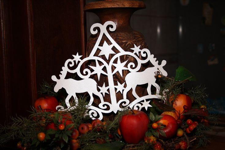 A Mikulás hűséges segítői közül kettő került rá erre, a szépséges karácsonyi ablakdíszre. Elég aprólékos munka és nem árt, ha van hozzá egy jó éles és hegyes ollónk.     Táltos, Táncos, Üstökös, Íjas, Pompás, Villám, Csillag, Ágas és persze Rudolf. Ők kilencen a Télapó szánhúzó rénszarvasai.     Rudolf...