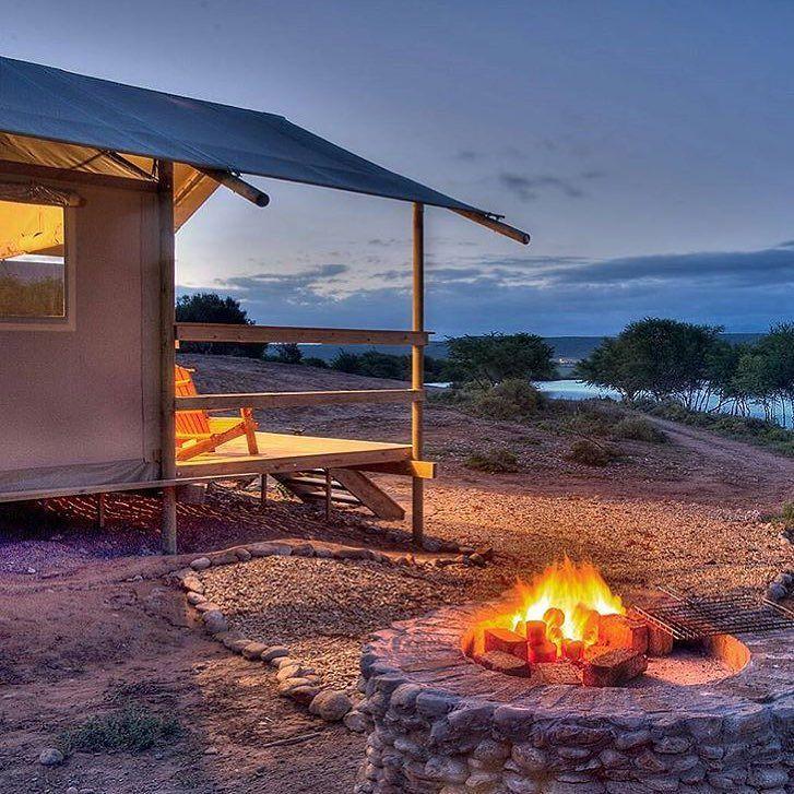 """""""Hoe tof is dit? Africamps brengt glamping naar Zuid-Afrika! Afgelopen jaar werd de eerste boutique campsite geopend in Oudtshoorn. Te gek!"""" ______________________________________________________ Tag #kaapstadmag in je foto's en wie weet featuren we jouw foto op onze pagina! ______________________________________________________ featured artist @africamps_sa by kaapstadmag"""