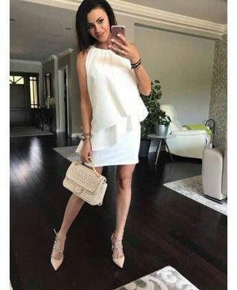 Piękna sukienka w asymetryczne falbany. Idealna na różne okazje. Kolor biały.