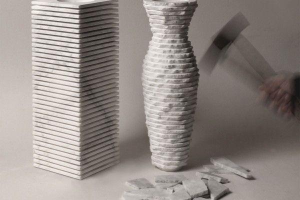 Je vous présente ce vase nommé « Introverso 2 » réalisé et imaginé par les designers Paolo Ulian et Moreno Ratti.  Ce vase en marbre massif, de forme rectangulaire, est découpé en lamelles. On peut apercevoir, quand on y regarde de plus près, une deuxième forme de vase plus classique se dessiner. Les designers donnent aux utilisateurs la possibilité de sculpter l'objet avec de simples coups de marteau afin de découvrir la deuxième forme.