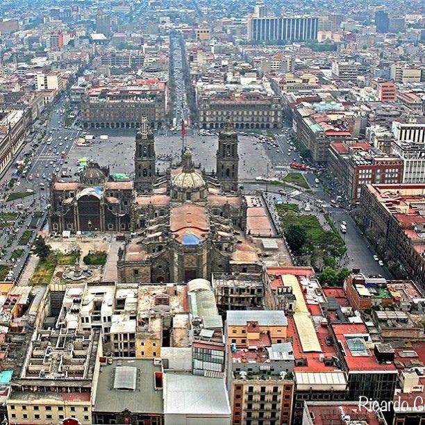 Zócalo de la Ciudad de México (Plaza de la Constitución) - The main square in Mexico City, La Plaza de la Constitución, is also called El Zócalo.