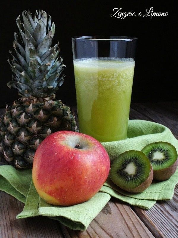 Voglia di una merenda sana e genuina? È davvero buono questo succo all'ananas, arricchito con mela e kiwi. Ma oltre ad essere buono, esso è anche molto salutare. L'ananas, come ben sappiamo, facilità
