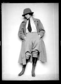 Frau Bachhofen einen langen Reitmantel tragend, mit Reithose, Stiefeln, Krawatte und Hut