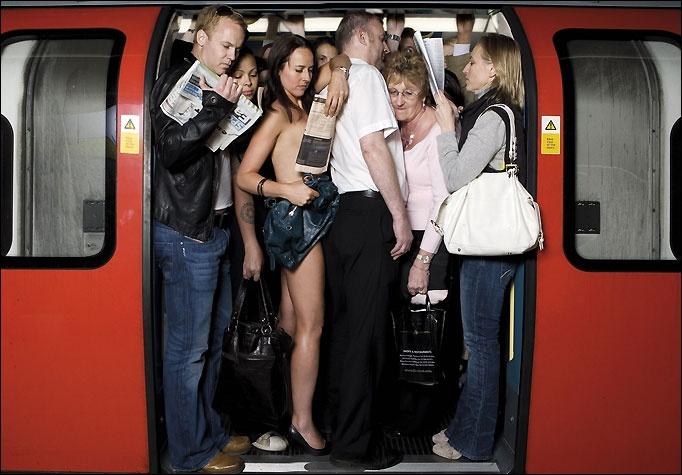 Озабоченные мужики щупают за попку в общественном транспорте