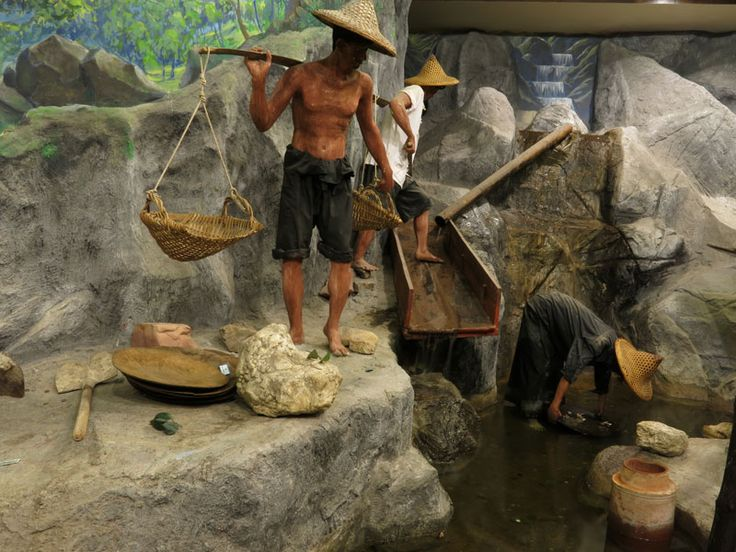 The Kathu Tin Mining Museum celebrates the history of tin mining in Phuket, which was responsible for Phuket's economic growth and development in the early 20th century. This display depicts coolies sifting tin from materials mined.