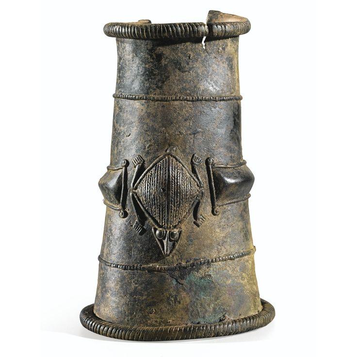 <P>Brassard en bronze</P>, Gan, Burkina Faso | Lot | Sotheby's Selon Daniela Bognolo (2010, p. 74), le brassard, objet rituel majeur pour la royauté Gan, « évoque le symbole de Paria, entité spirituelle sindi sima (ou « entités spirituelles de la coutume »), protectrice des armées royales et garante de leur victoire ». Il est symboliquement lié à la personne du roi, « leur longueur entravant le mouvement des bras, et plus particulièrement empêchant de plier involontairement les coudes et de…
