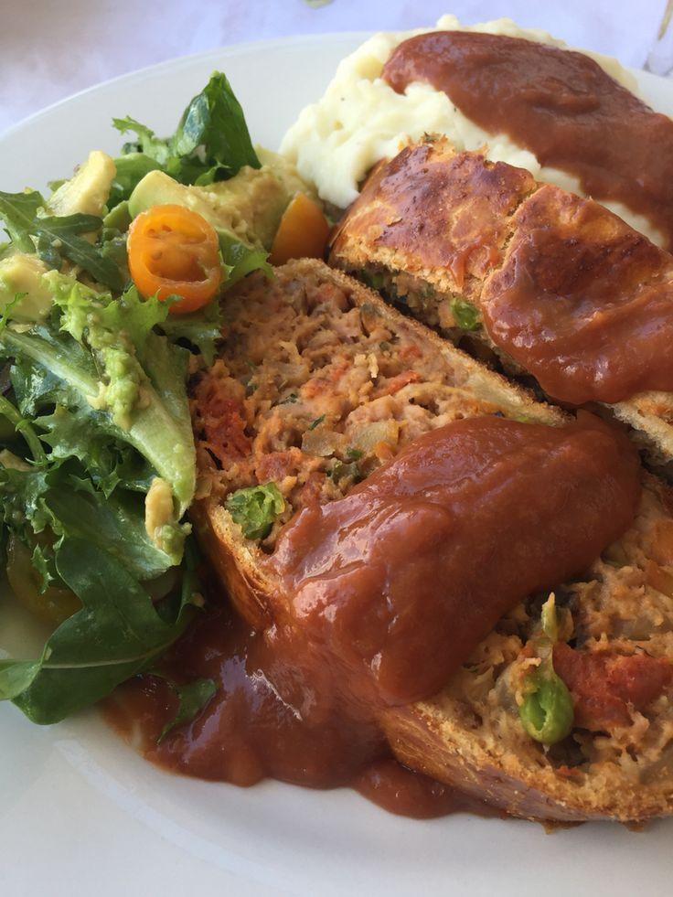 Wellington de carne picada de salchicha de cerdo con chorizo parrillero, verduras, salsa de melocotón y puré de patatas