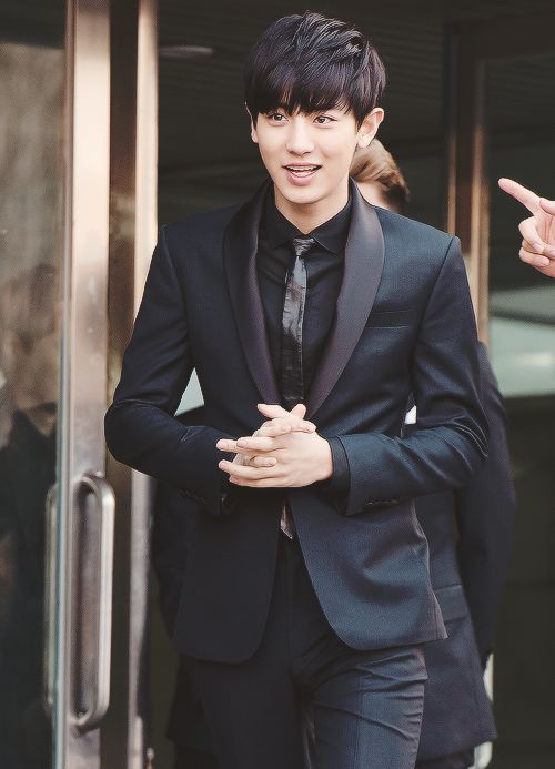 Chanyeol in suit <3