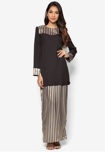 Baju Kurung Modern from Gene Martino in Black Looking for a modest modern kurung that you can wear for all occasions? Fret not as Gene Martino offers you just that with this magnificent black piece. Featuring a jet black shade, it is adorned with vertical stripes at the shoulder and chest ar... #bajukurung #bajukurungmoden