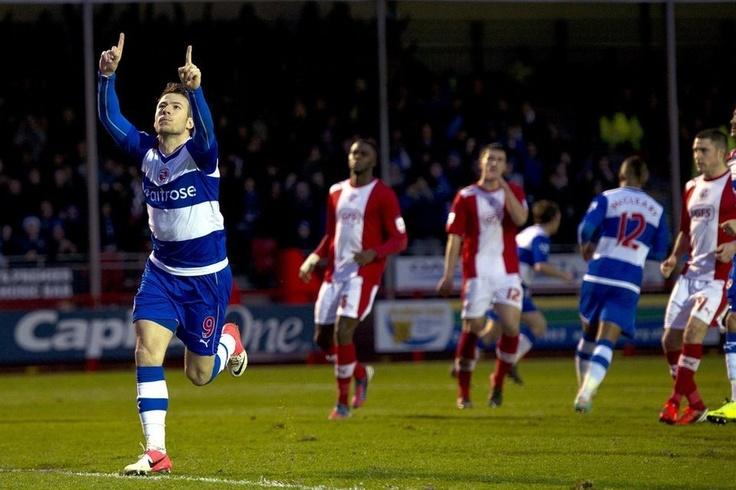Adam Le Fondre del Reading celebra su gol de penalti contra el Crawley Town