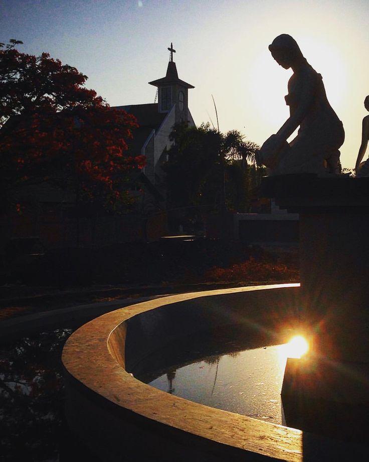 #goodmorning #silhouette #fountain #church #waingapu #park #sumba #indonesia #travel #instatravel #wanderlust #kolam #patung #lady #statue #sunrise #morningsun