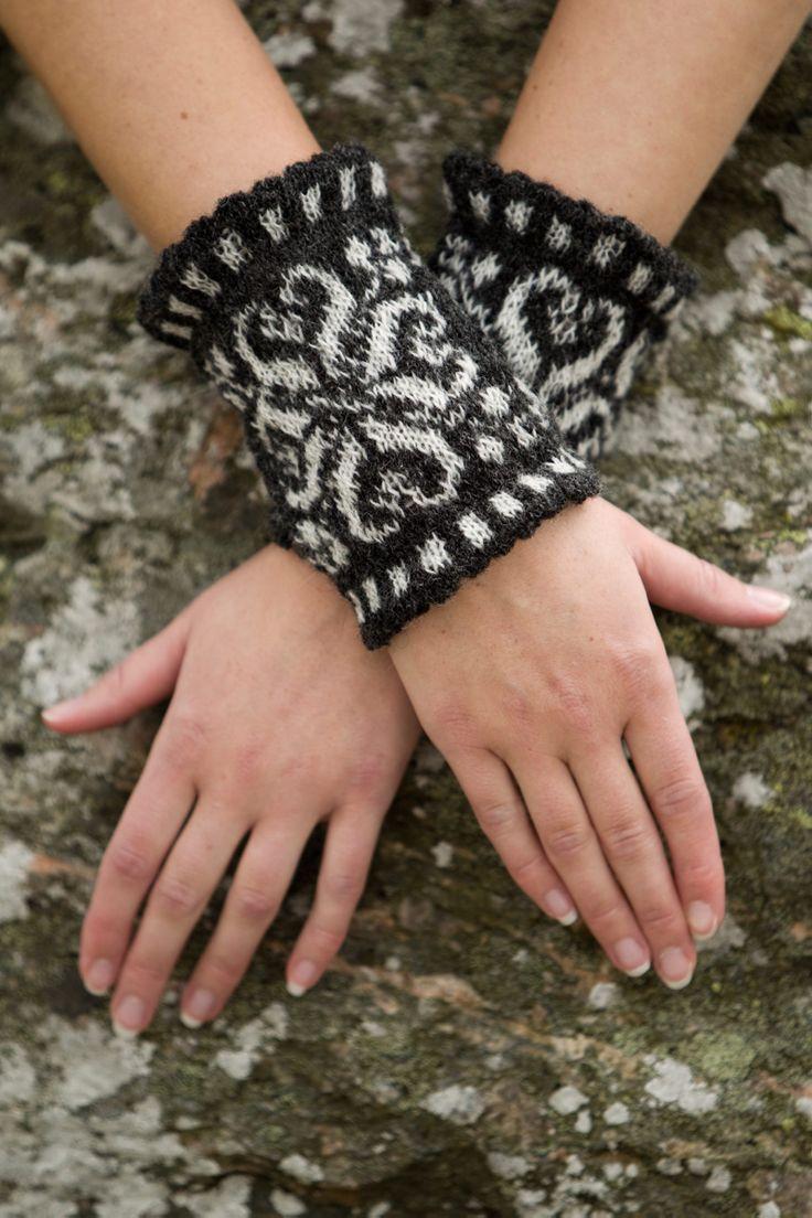 Sticka ett par snygga handledsvärmare som blir lika fina att ha på sig som smycken – och dessutom värmer skönt.