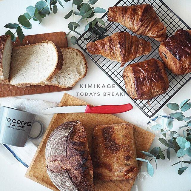 * 2017*3*12 * #きみかげ さんの #パン祭り 🍞 * * 山食。クロワッサン。パンヲショコラ。カンパーニュ。もう1個名前忘れちゃった。。 * * そして待ちに待った @bowknot_store さんから届いた イギリスのケーキクーラー♡(ؔᵒ̶̷ᵕؔᵒ̷̶) 今まで使ってたのとは全く違っておしゃれでしっかりしてるー。 * * 明日から催事( ͒˃̩̩⌂˂̩̩ ͒)。。また早起きしないと!! * * #bread #おうちカフェ #ボウノット #cogu #小澤賢一 #nocoffee #日々の暮らし #foodpic #foodstagram #デリスタグラマー  #lin_stagrammer #tablephoto #tablestyling #tv_stilllife #onmytable #onthetableproject #IGersJP #ig_japan #ig_photooftheday #styleonmytable #mytablesituation #dailystagram #instagramJapan…