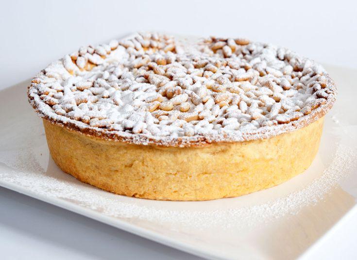 C'est parce qu'il y a quelques semaines Pascale avait parlé d'une &torta della nonna& succulente qu'elle avait mangé à Venise que j'ai eu envie de refaire une torta della nonna différente de celle que je vous avais proposée en 2009. C'est dans un livre...