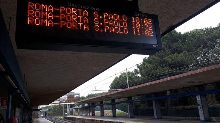 Parliamo del tabellone che sta, o meglio non sta, sul primo binario di Porta San Paolo, quello che in pratica dovrebbe annunciare le partenze a che proviene dalla Stazione FS Ostiense. Perché non c'è? E perché i treni non partono quasi mai dal binario 1?