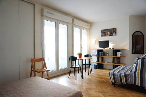 Apartment Rue Nocard Paris 7 Paris Apartment Rue Nocard Paris 7 offers accommodation in Paris, 700 metres from Eiffel Tower and 2.3 km from Arc de Triomphe. The apartment is 2.3 km from Paris Expo - Porte de Versailles.  The unit is equipped with a kitchen.