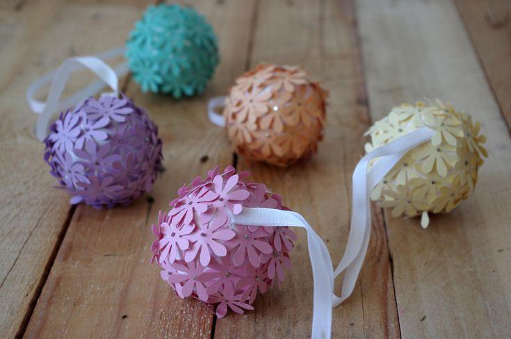 Pomocí hobby děrovačky (vytvářející tvary) jsme vytvořili květy v různých barvách barevnohé papíru. Ty jsme pak pomocí obyčejných špěndlíků zapicohvali do polysterinové koule. Přidal jsme u kousek barevné stužky pro zavěšení.\n - Pomocí hobby děrovačky (vytvářející tvary) jsme vytvořili květy v různých barvách barevnohé papíru. Ty jsme pak pomocí obyčejných špěndlíků zapicohvali do polysterinové koule. Přidal jsme u kousek barevné stužky pro zavěšení.\n ( DIY, Hobby, Crafts, Homemade…