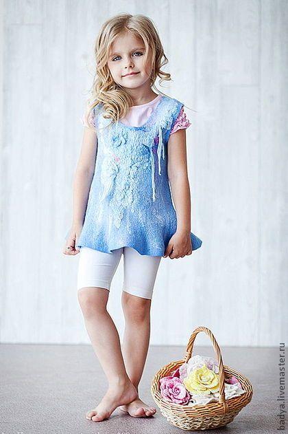 Платье-туника `Ангелина`. Нежное детское ангельское платье-туника растет вместе со своей хозяйкой. Для 2-3летней модницы - это платье, позже носить можно как тунику.  Основа и отделка 100%шелк .  Ручная окраска шелка 4 видов в оттенки голубого…