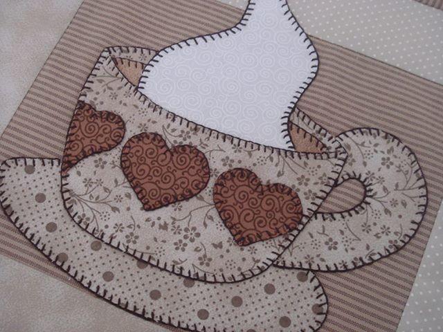 Valor da Unidade - R$ 50  Lugar americano em tecido 100% algodão dupla face, com manta no interior da peça, bordado com motivo escolhido em ponto caseado. Técnica Patch aplique.  Encomenda, consulte estampas e tecidos no ato do pedido.