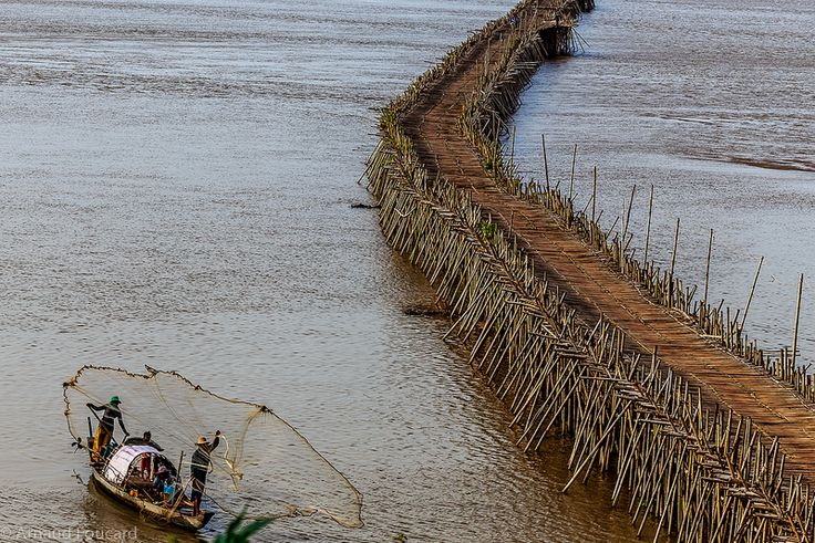 Net fishermen in front of the bamboo bridge in Kampong Cham (Cambodia) / Pêcheurs au filet devant le pont en bambou de Kampong Cham (Cambodge)