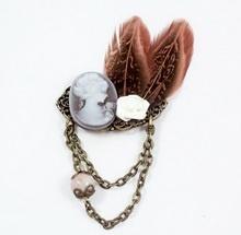 Broche vintage BIXUT - Realizado con jaspe, camafeo, plumas  y piezas de metal.