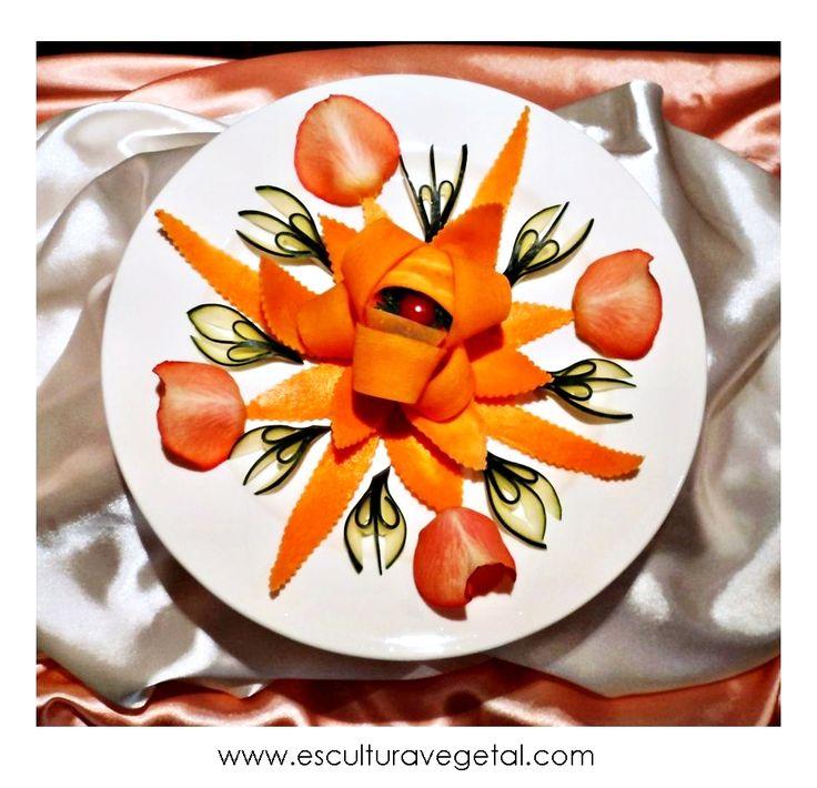DecoPlato: Estrella de Zanahoria (Complementos: pepino, tomate cherry, perejil crespo y petalos de rosas) www.esculturavegetal.com