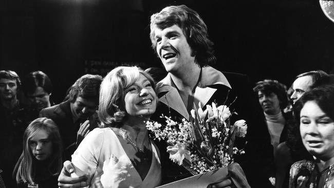 Vinnaren Lasse Berghagen tillsammans med programledaren Karin Falck i Melodifestivalen 1975.