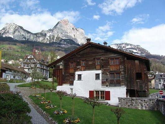 Ein uraltes Blockhaus im Kanton Schwyz (Schweiz)  Blockhaus nach alter Zimmermannskunst (Bild: Denkmalpflege Kanton Schwyz) Mehr hier --> www.nzz.ch/halbe-freude-mit-mittelalterlichen-sensationen-1.14127321