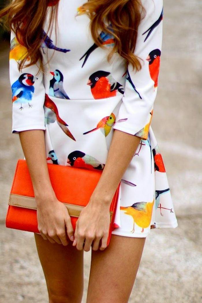 tenue chic détail choc avec sac pochette orange robette aux motifs oiseaux tropicaux