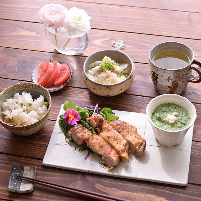 Instagram media by shiho.95 - 2016.2.23 * * いつかのおひるごはん🎵 春菊のポタージュ、白菜と豚肉の蒸し煮、豆ご飯、しつこく#カリカリチキン です😂 今日のチキンはカレー味! カレー粉やヨーグルトをもみこんで冷凍していました🎵 今回は、ネットに書いてあった弱火でじっくりの方法を実行してみましたがイマイチでした~😅 やっぱり落合シェフが言うとおり、皮は強火で火を通した方が美味しかった💡 次はいけそうな気がしています😊 * そしてチキンのプレートが@kyoto_saisai さんの個展でお迎えしてきた#佐藤崇 さんの作品です✨ ステキ😚❤ * * #花のある生活 #花のある暮らし #ラナンキュラス #お昼ごはん #ランチ #ひるごはん #昼食 #おひるごはん #昼ごはん #Lunch #Mittagessen #chicken #チキン #チキンソテー  #宇田令奈 #岡崎順子 #本田あつみ #村上直子 #ウエダキヨアキ #うつわ #器 #pottery #ceramics #一眼レフ