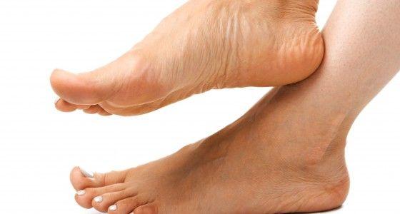 De klassieke voetverzorging begint met het verzorgen van de nagelriemen, waarbij ik eventuele losse velletjes rond de nagels weghaal. Daarna worden de nagels korter geknipt en gevijld en worden zeep- en vuilresten die onder en boven de nagels zitten verwijderd. Daarna zal ik alle eelt wegsnijden en verwijderen met een speciale voetrasp. Ook kleine problemen als eksterogen worden behandeld. Als afsluiter worden allebei uw voeten nog ingemasseerd met een speciale voetcrème.