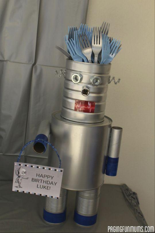 Robot Cutlery Holder - Best do-it-yourself Arduino technology projects http://arduinoprojecthacks.com/