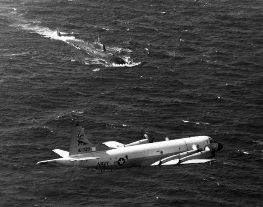 Американский самолет над советской подводной лодкой проекта 671 «Ёрш», 1985
