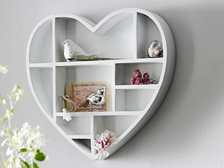 Love it, need it ! Etagère murale en forme de coeur, bois blanc verni — chez helline.fr