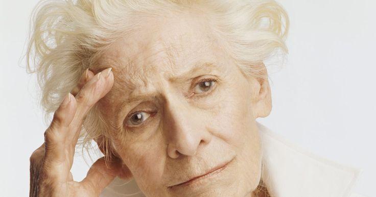 Como minimizar a vertigem causada pela quimioterapia. Quando você está passando por quimioterapia, pode às vezes sentir-se fraco ou ter tonturas. Muitos medicamentos de quimioterapia causam vertigens, assim como perda de audição ou visão, zumbidos nos ouvidos, náuseas ou vômitos. Essa condição pode durar apenas alguns dias, como também pode durar por alguns meses.