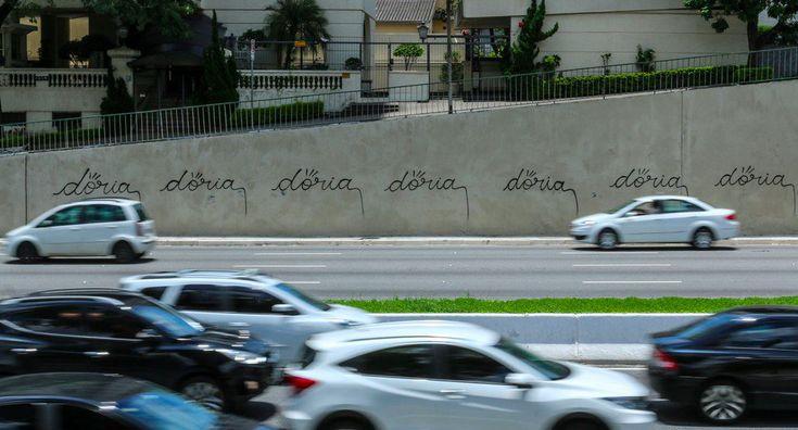 João Doria ganhou um presente pelo aniversário de São Paulo. Os muros da Avenida 23 de Maio foram pichados com seu nomedepois que a prefeitura cobriu com tinta cinza os grafites. No final da tarde, funcionários pintaram novamente o muro. Mas elas voltaram horas depois. Foi o segundo protesto na área. No primeiro, aavenida amanheceu com manchas coloridas. Doria declarou uma guerra que já está perdida, mas vai continuar enganando quem quiser ser enganado.