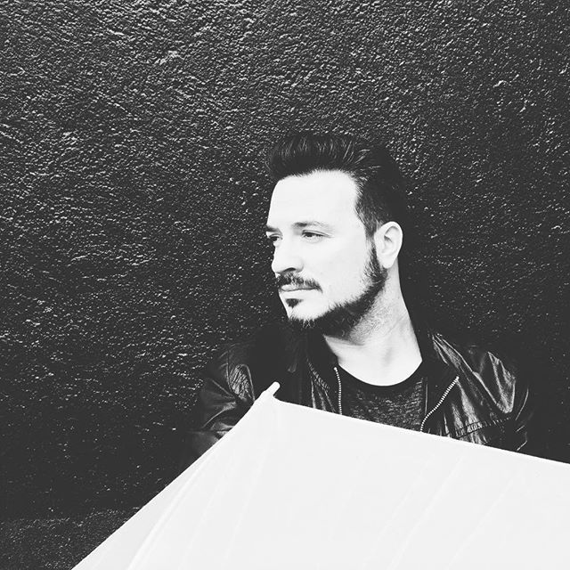 Rodando con @albertorivasphotography para la canción #alfinaldelboulevard #albertorivas #videoclip #music #musicians #musicos #singer #voz #voice #cantante #art #friends #concert #concierto #madrid #artist #artista #migueltena #tena #frio #rockenespañol #tena