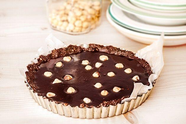 Δεν έχει να ζηλέψει σε τίποτα μια κανονική τάρτα. Πλούσια σοκολατένια γεύση, χωρίς ζάχαρη, χωρίς αβγά, χωρίς ψήσιμο, έτοιμη σε ελάχιστα λεπτά και πάνω απ όλα νηστίσιμη.
