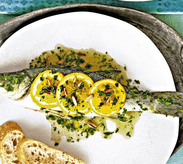 Loup de mer, zu Deutsch: Wolfsbarsch, ist ein beliebter Speisefisch. Unsere Rezeptidee mit Zitrone und Pinienkernen aus der Reihe Diätrezepte stammt aus Südspanien.