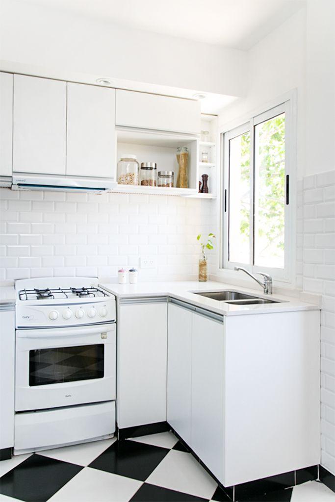 Cocina con piso tipo damero muebles de melamina blanca for Muebles cocina melamina