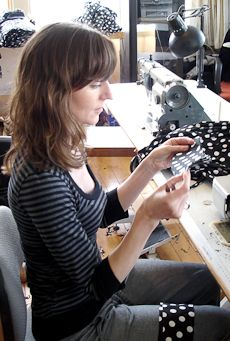 New Zealand Pay Sewing machinists with one to four years' experience usually earn $14-$15 PER HOUR Experienced sewing machinists earn $17-$25 PER HOUR  http://www.careers.govt.nz/jobs/manufacturing/sewing-machinist/about-the-job